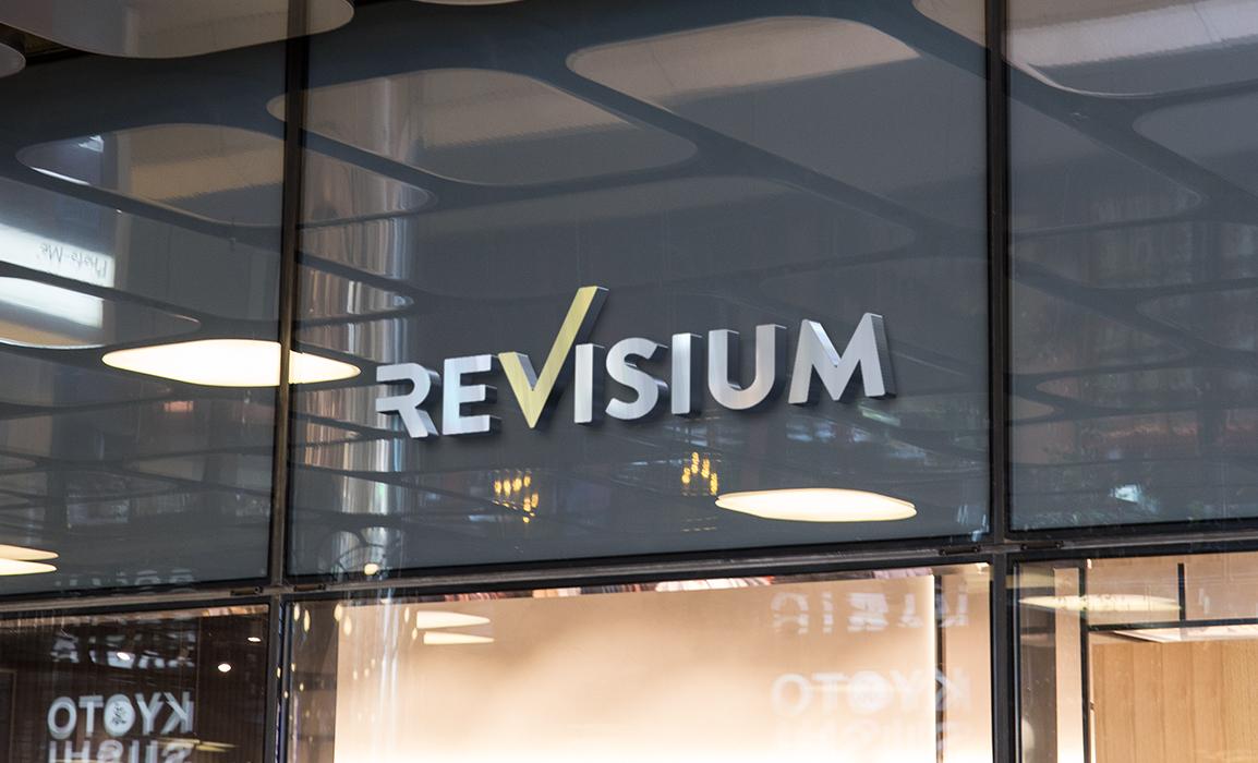 Applicazione del logo in rilievo su una vetrata.