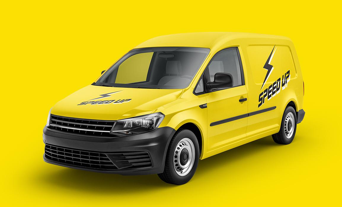 Applicazione del logo sulla carrozzeria di un van.