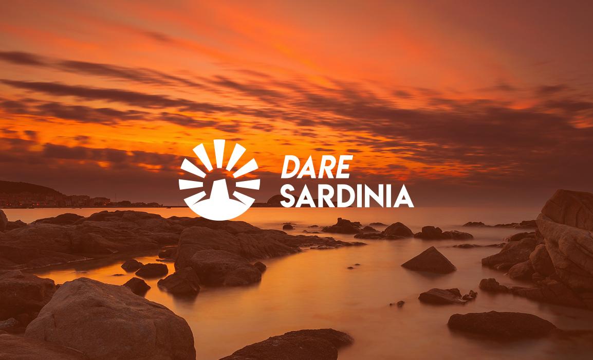 Dare Sardinia è una agenzia che organizza esperienze turistiche di nicchia nell'isola sarda. Il logo rappresenta un Nuraghe al tramonto.