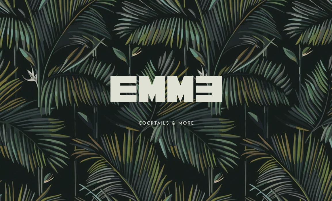 Studio del logo EMME, Cocktails & More. Applicazione su una carta da parati utilizzata nel locale.