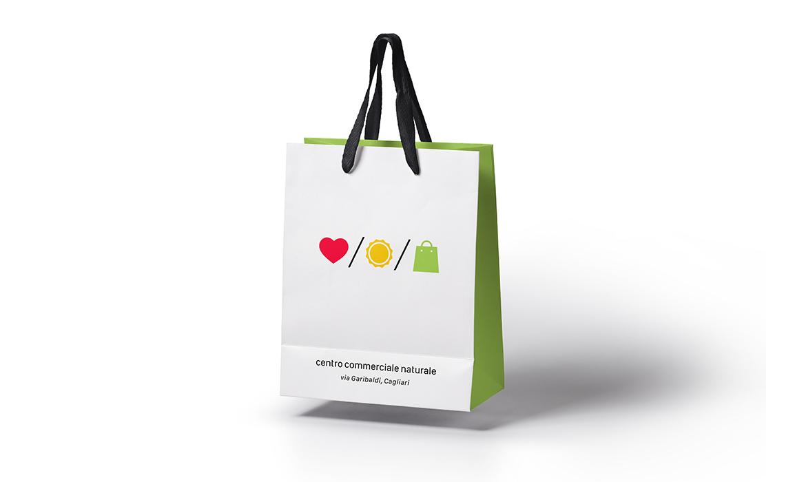 Esempio di applicazione del logo su una busta di carta da shopping.