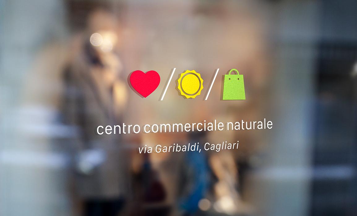 Esempio di applicazione del logo in versione negativa, come sticker per una vetrina.