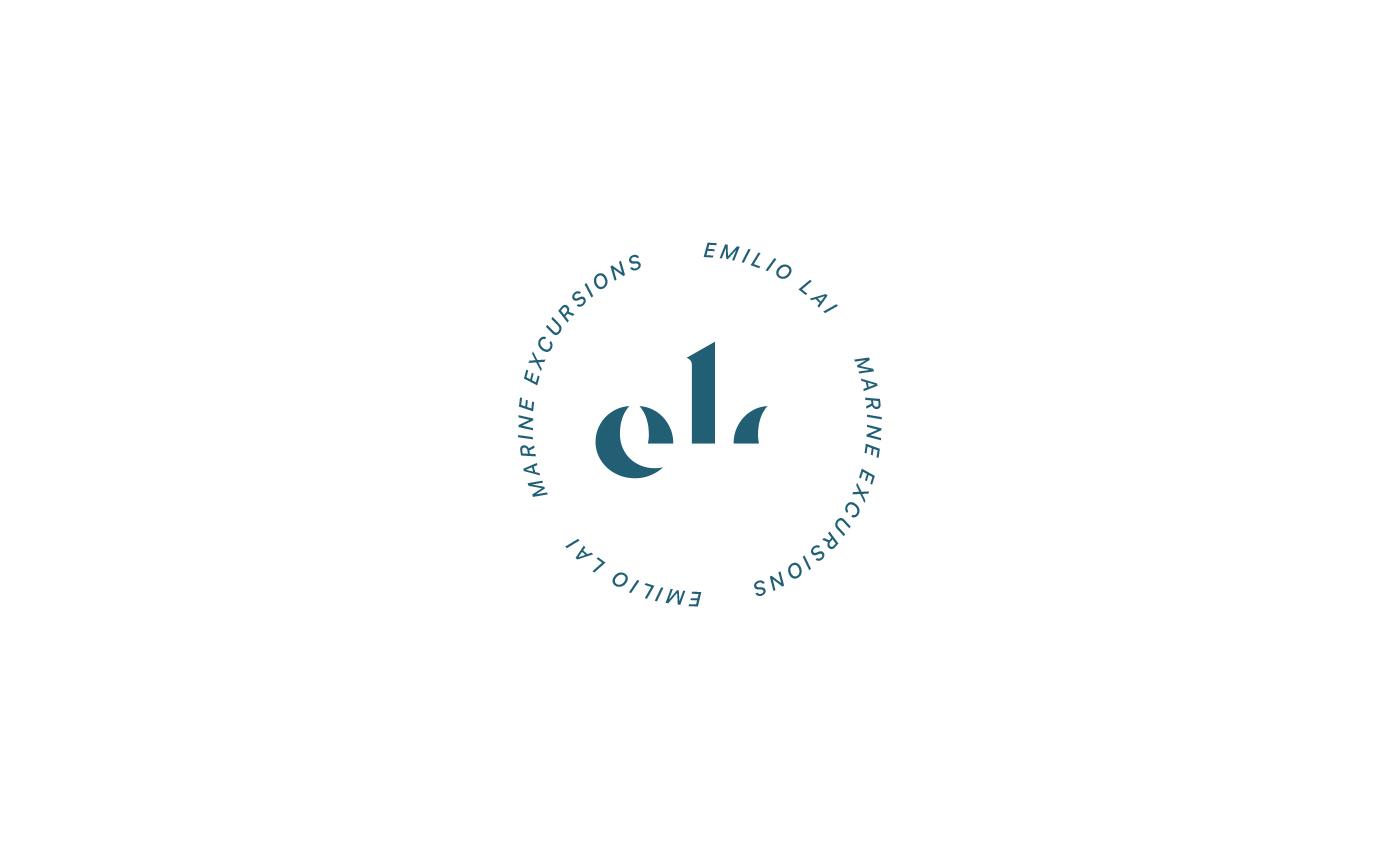 La stilizzazione del monogramma diventa quasi un simbolo astratto, circondato da il nome e il payoff che con l'inclinazione del corsivo suggerisce la trama delle cime di un'imbarcazione.