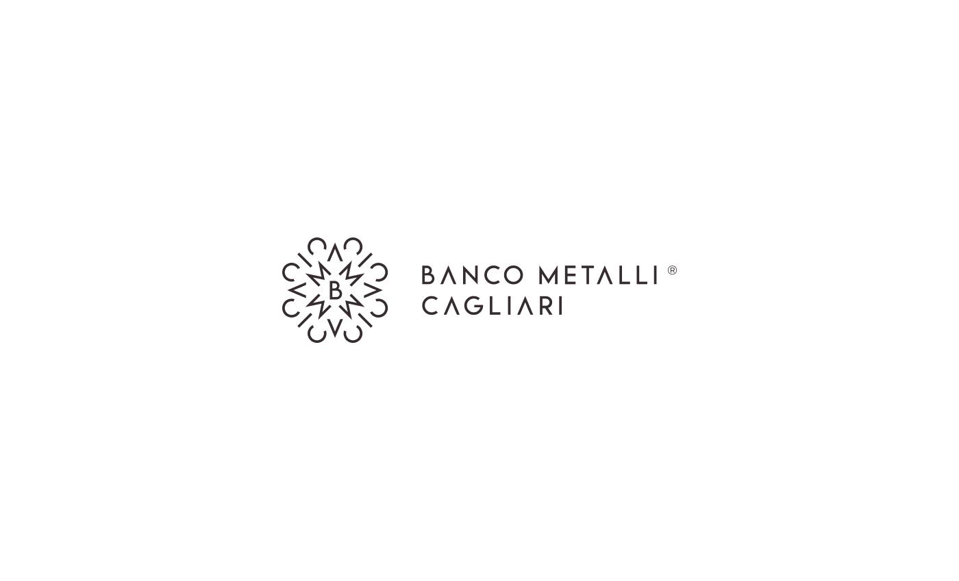 Per la costruzione del marchio sono stati usati gli stessi elementi del logotipo, questo conferisce una continuità visiva notevole tra i due elementi che possono vivere in simbiosi o in autonomia.