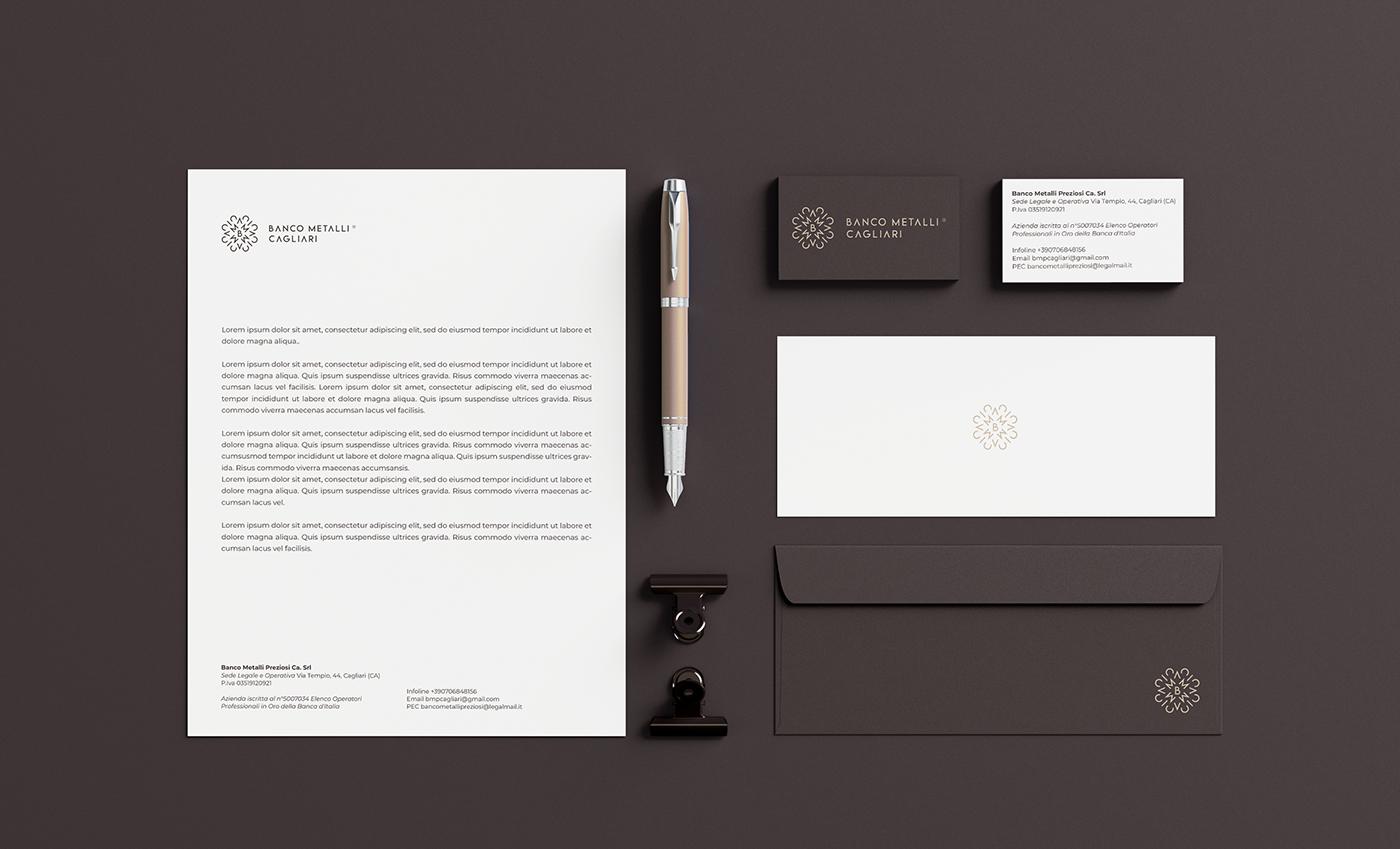 Esempio di immagine coordinata e declinazione del logo. Il font abbinato al logo è il Google Font Montserrat, usato con una crenatura di 0.4 pt.